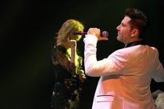 De zangers Kristina Orbakaite en Avraam Russo presteert op stadium tijdens het overleg van de het 50ste jaarverjaardag van Viktor Royalty-vrije Stock Foto's