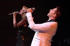 De zangers Kristina Orbakaite en Avraam Russo presteert op stadium tijdens het overleg van de het 50ste jaarverjaardag van Viktor Stock Foto's