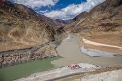 De Zanskarrivier ontmoet Indus dichtbij Srinigar aan Leh-weg stock fotografie