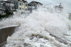 De zeedijk van de de golvenbreuk van Irene van de orkaan Royalty-vrije Stock Foto