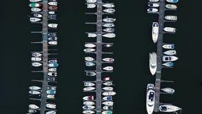 De zeehaven van de stad met luxe witte motorboten in de rijen in harborside stock videobeelden