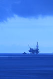 De ZeeHefboom van het silhouet op de Installatie van de Boring en Boot (BlueTone) stock afbeeldingen