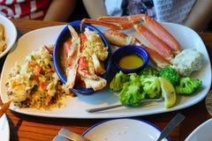 De zeekreeft, de krab en een citroen klemmen en dienden met wilde rijst en kouskous en broccolini vast royalty-vrije stock fotografie