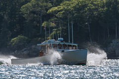 De zeekreeftboot komt naar huis uit een ruwe dag op zee in de vroege herfst in Zuiden Bristol, Maine, Verenigde Staten Royalty-vrije Stock Foto