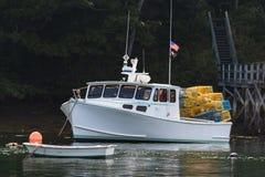 De zeekreeftboot legde in de vroege herfst vast in Zuiden Bristol, Maine, Verenigde Staten royalty-vrije stock afbeeldingen