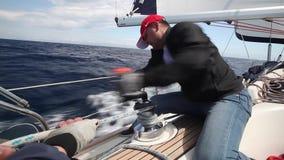 De zeelieden nemen aan het varen de Herfst van 2014 van regatta twaalfde Ellada deel onder Griekse eilandgroep in het Egeïsche Ov stock video