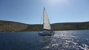 De zeelieden nemen aan het varen de Herfst van 2016 van regatta zestiende Ellada deel onder Griekse eilandgroep stock videobeelden