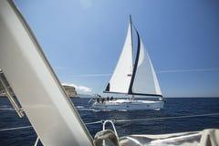 De zeelieden nemen aan het varen regatta elfde Ellada 2014 deel Stock Afbeelding