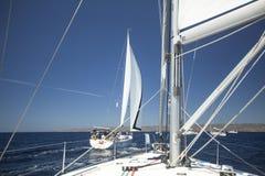 De zeelieden nemen aan het varen regatta elfde Ellada 2014 deel Royalty-vrije Stock Fotografie