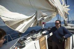 De zeelieden nemen aan het varen regatta elfde Ellada deel Royalty-vrije Stock Foto's