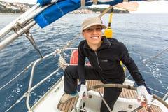 De zeelieden nemen aan het varen regatta twaalfde Ellada herfst-2014 op Egeïsche Overzees deel Stock Afbeeldingen