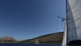 De zeelieden nemen aan het varen regatta zestiende Ellada deel stock footage