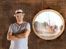 De zeeman bevindt zich naast het Cabine-Venster Stock Afbeelding