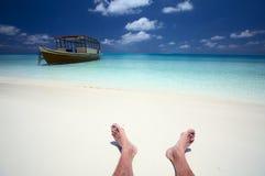 De zeeman heeft een rust op een strand stock foto's