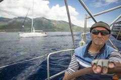 De zeeman neemt aan het varen regatta elfde Ellada 2014 deel Stock Foto's