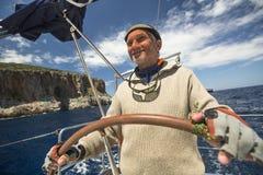 De zeeman neemt aan het varen regatta elfde Ellada deel Royalty-vrije Stock Foto