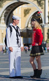 De zeeman van de V.S. ontmoet Russische vrouw stock foto