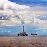 De zeeop zee de aardolieindustrie van het booreilandplatform Stock Afbeeldingen