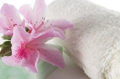 De zeep en de handdoek van de bloem Stock Foto's