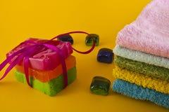 De zeep en de handdoeken van de kleur Royalty-vrije Stock Fotografie