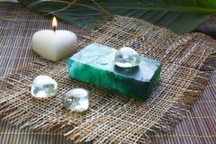 De zeep en de kaars van het kuuroord op bamboemat Royalty-vrije Stock Foto's