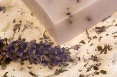 De zeep van de lavendel en met de hand gemaakt document Royalty-vrije Stock Foto's
