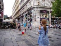 De zeepbels tonen voor volkeren op de straten, Wenen oostenrijk Stock Foto's