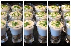 De zeer belangrijke desserts van de Kalkpastei in kleine glazen in een multilensvenster Royalty-vrije Stock Foto's