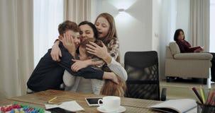 De zeer charismatische rijpe moeder met haar drie kinderen maakt een vriendschappelijk verhoudingsteam tot zij mooi koesteren elk stock video
