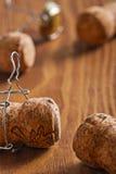 de zeer dichte omhooggaande mening over champagne kurkt op houten raad Stock Afbeelding