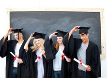 De zeer gelukkige graduatie van de groep van studenten die kijken Royalty-vrije Stock Fotografie