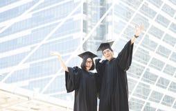 De zeer gelukkige Kerel en meisjesuniversiteit behaalt vreugdevol een diploma Onderwijs stock foto