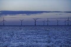 De zeeturbines van het windlandbouwbedrijf tussen dag en nacht Royalty-vrije Stock Fotografie