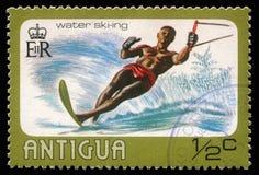 De zegel in Antigua wordt toont water het ski?en gedrukt die royalty-vrije stock fotografie