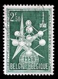 De zegel in België wordt gedrukt toont het Atoom en Expositieembleem, de Wereldenmarkt die van 1958 stock afbeelding