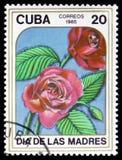 De zegel in CUBA wordt gedrukt toont beeld van rode rozen die Stock Foto