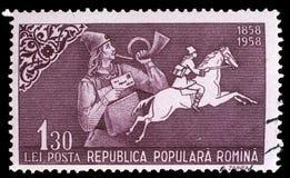 De zegel die in Roemenië wordt gedrukt toont Posthoorn blazende brievenbesteller en postruiter Stock Afbeeldingen