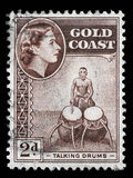 De zegel in Ghana wordt gedrukt toont sprekende trommels en koningin Elizabeth II die stock fotografie