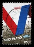 De zegel in Nederland wordt gedrukt voor de 25ste verjaardag van Bevrijding wordt uitgegeven toont V-Symbool dat Stock Afbeeldingen