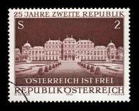 De zegel in Oostenrijk, toegewijd aan 25ste verjaardag van Tweede Republiek wordt gedrukt, toont het Belvedere Paleis, Wenen dat Stock Afbeelding