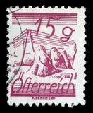 De zegel in Oostenrijk wordt gedrukt, is afgeschilderde die Gebieden door Telegraafdraden die worden gekruist Stock Foto's
