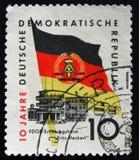 De zegel van Ddr Duitsland postape toont Fritz Heckert herstellingsoord en Duitse vlag, circa 1959 Stock Foto