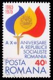 De zegel van Roemenië toont Toorts met Vlam in Vlagkleuren en Wapenschild Royalty-vrije Stock Afbeeldingen