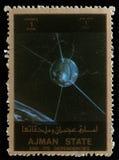 De zegel in Verenigde Arabische Emiraten de V.A.E wordt gedrukt toont Ontdekkingsreiziger 17 satelliet die Royalty-vrije Stock Afbeeldingen