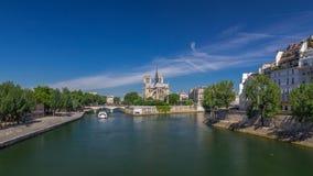 De zegen en Notre Dame de Paris timelapse hyperlapse zijn één van de beroemdste symbolen van Parijs stock footage