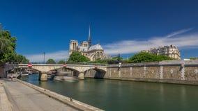 De zegen en Notre Dame de Paris timelapse hyperlapse zijn één van de beroemdste symbolen van Parijs stock videobeelden