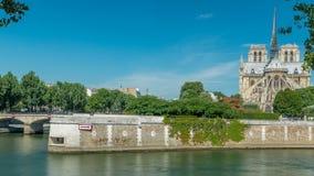 De zegen en Notre Dame de Paris timelapse zijn één van de beroemdste symbolen van Parijs stock footage