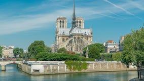 De zegen en Notre Dame de Paris timelapse zijn één van de beroemdste symbolen van Parijs stock videobeelden