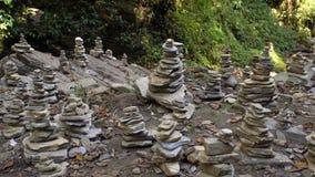 De zegen van Evenwichtig Zen Stone Structures in Bos stock videobeelden