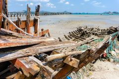 De zegens of de sleepnetten of de visnetten plakten op de oude houten kiel van schipbreuk stock afbeelding